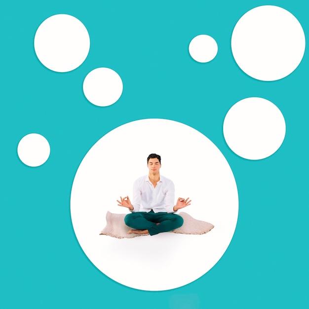 Full shot meditando homem no tapete Foto gratuita