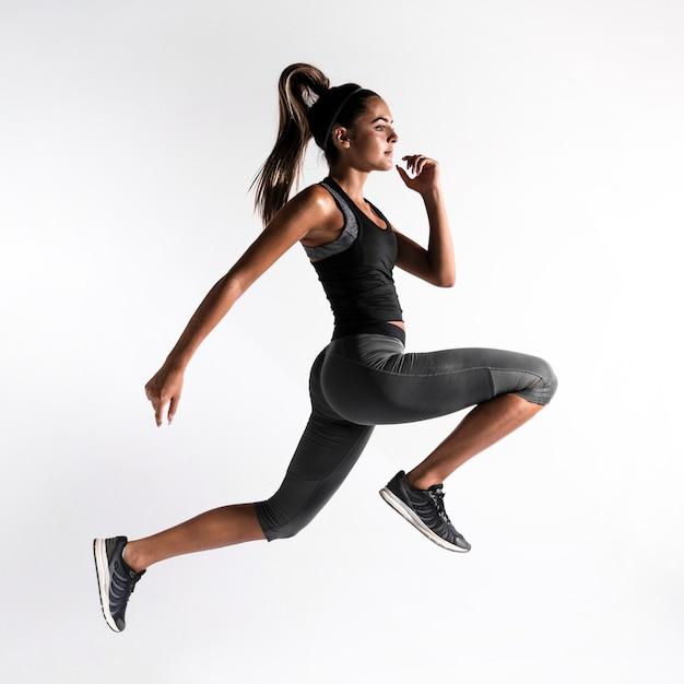 Full shot mulher exercitar dentro de casa Foto gratuita