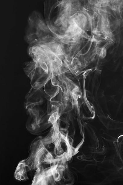 Fumaça branca formas movimento sobre fundo preto Foto gratuita