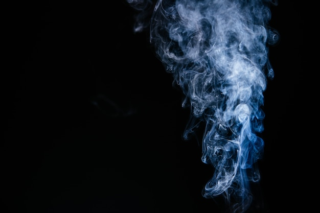 Fumaça ondulada azul sobre fundo preto Foto gratuita