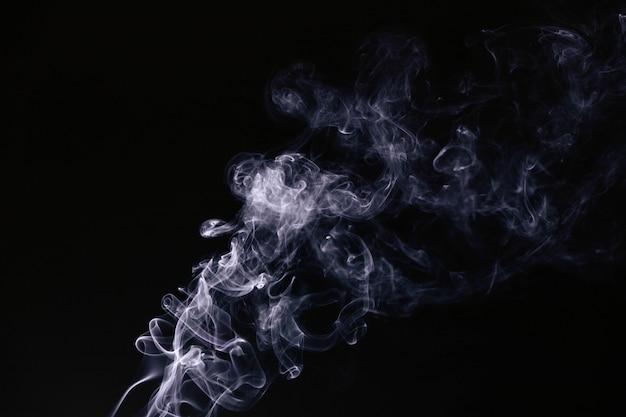 Fumaça ondulada em fundo preto Foto gratuita
