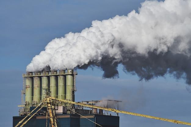 Fumaça saindo de fábricas em uma área industrial Foto gratuita