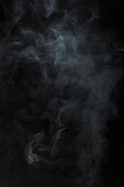 Fumaça turva no fundo preto Foto gratuita