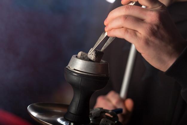 Fumo de cachimbo de água no fundo escuro Foto Premium