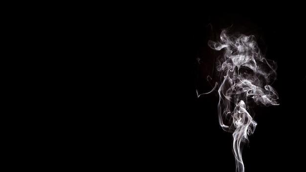 Fumo formas movimento sobre fundo preto, com espaço de cópia para escrever o texto Foto gratuita