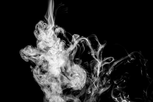 Fumo ondulado branco sobre fundo preto Foto gratuita