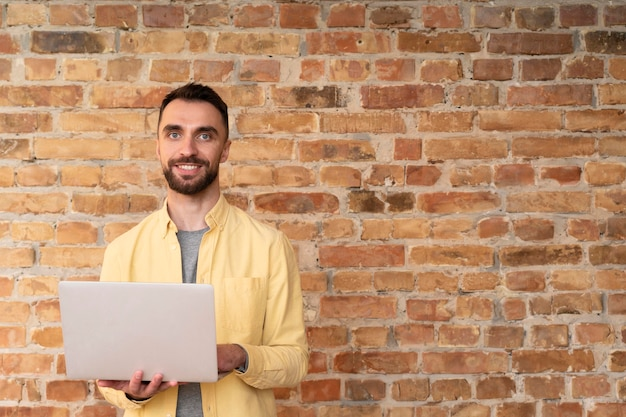 Funcionário corporativo posando com um laptop Foto Premium