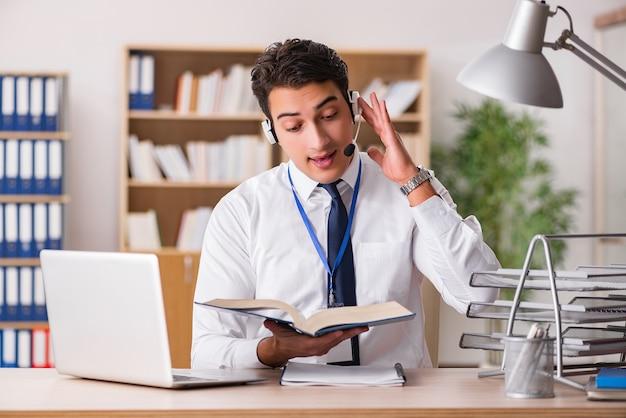 Funcionário de serviço ao cliente considerável com fone de ouvido Foto Premium