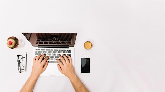 Funcionário irreconhecível trabalhando com laptop Foto gratuita