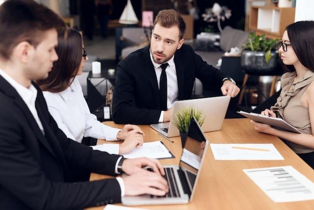 Funcionários da empresa realizam uma reunião na mesa Foto Premium