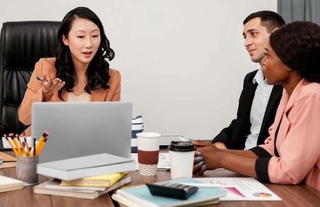 Funcionários de perto na mesa Foto Premium