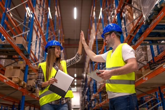 Funcionários do armazém batendo palmas Foto gratuita