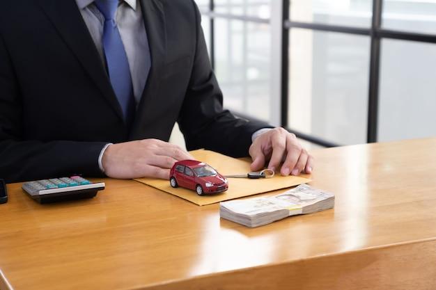 Funcionários do banco sentados à mesa de madeira e oferecem promoções de empréstimos de carro Foto Premium