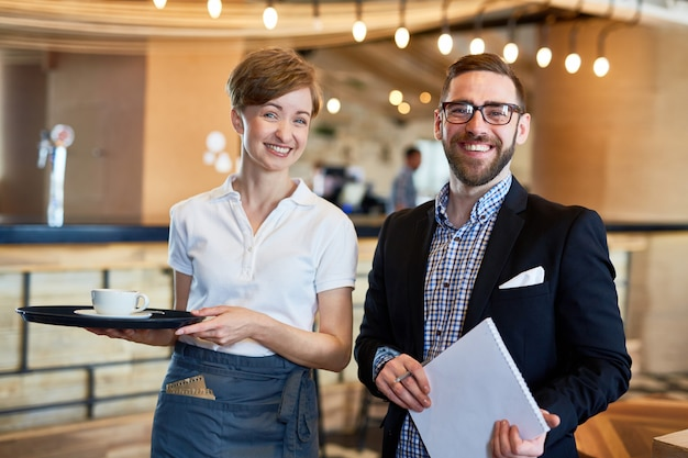 Funcionários simpáticos do restaurante Foto gratuita