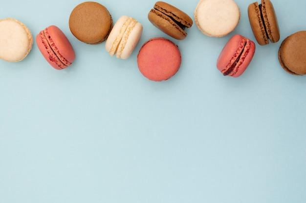 Fundo abstrato da foto do alimento com os bolinhos de amêndoa deliciosos sobre o fundo azul. Foto Premium