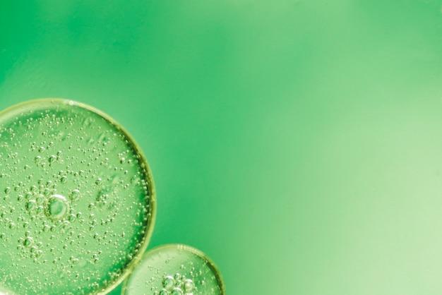Fundo abstrato verde com pequenas bolhas Foto gratuita