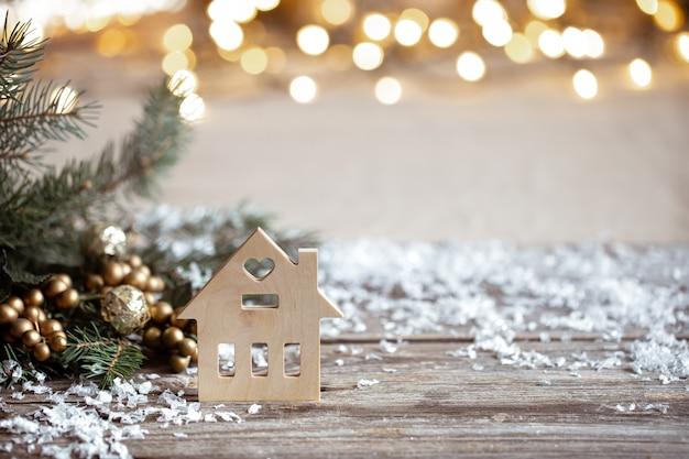 Fundo aconchegante de inverno com detalhes de decoração festiva, neve em uma mesa de madeira e bokeh. o conceito de atmosfera festiva em casa. Foto gratuita