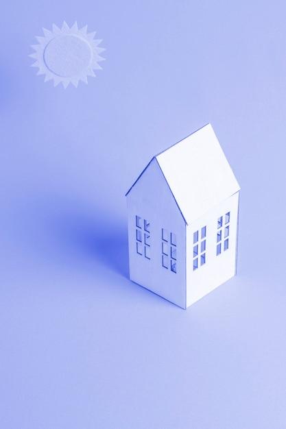 Fundo azul com casa isométrica Foto gratuita
