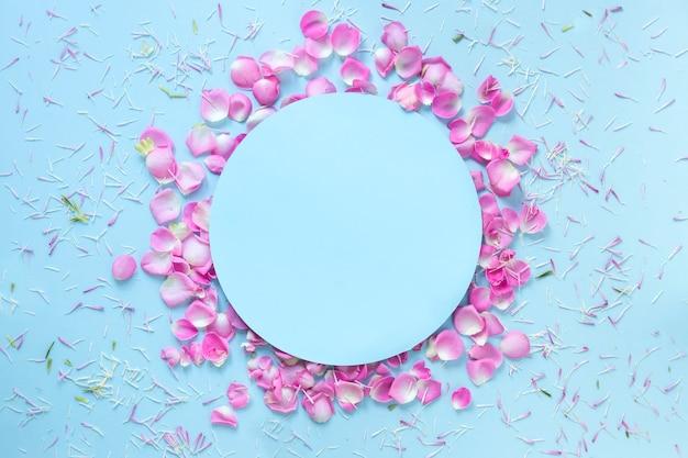 Fundo azul decorado com pétalas de flores frescas Foto gratuita