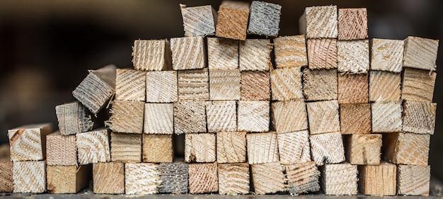 Fundo bonito com tiras de madeira dobradas, close-up Foto gratuita