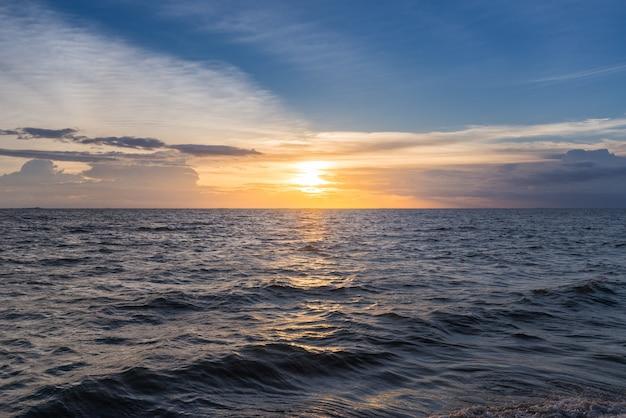Fundo bonito do céu do por do sol na praia. Foto Premium