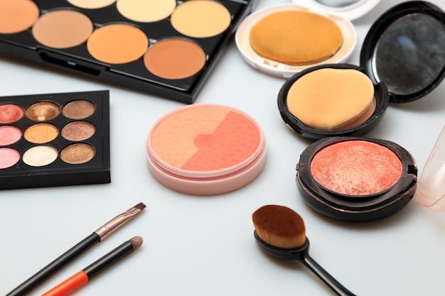 Fundo branco de produtos de maquiagem Foto Premium