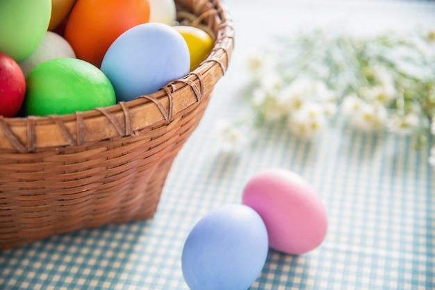 Fundo colorido doce dos ovos da páscoa - conceitos nacionais da celebração do feriado Foto gratuita