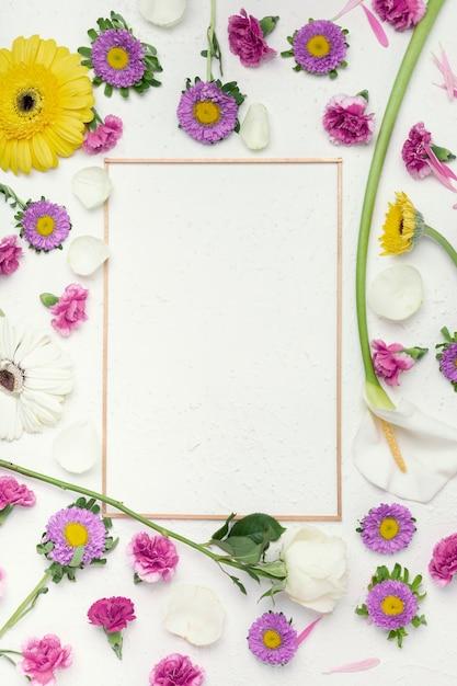Fundo colorido flores festivas com espaço de cópia de moldura vertical Foto gratuita