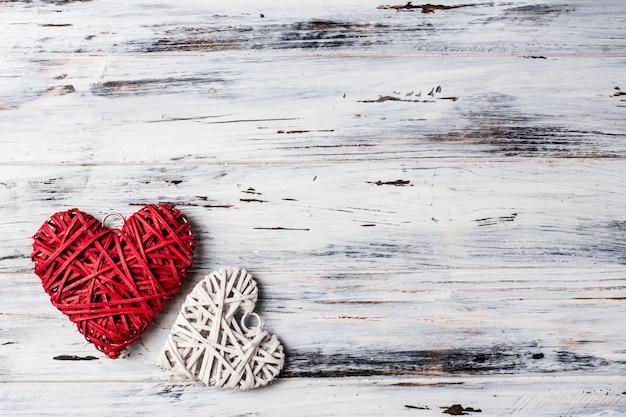 Fundo com corações, dia dos namorados. dia dos namorados. ame. corações de vime. coloque para o texto. cópia espaço de fundo Foto Premium