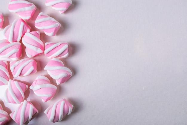 Fundo com marshmallows saborosos rosa. configuração plana sobrecarga com espaço de cópia Foto Premium