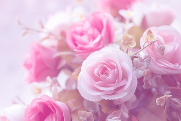 Fundo cor-de-rosa artificial da flor da decoração bonita para o dia de são valentim ou o cartão de casamento. Foto Premium