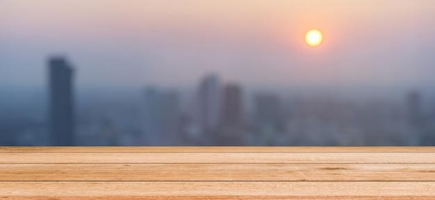 Fundo da cidade turva noite escura com perspectiva de painéis de madeira para mostrar promover o conceito de produto Foto Premium