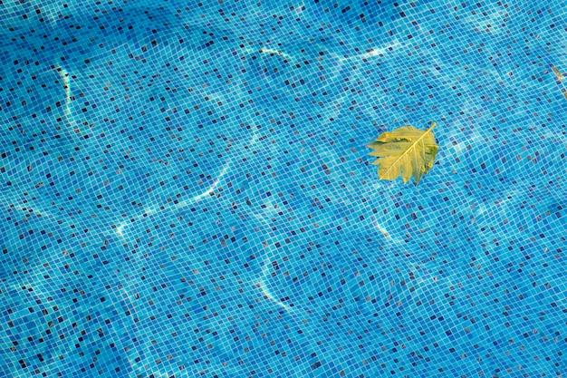 Fundo da piscina da vista superior, ondulação da água Foto Premium