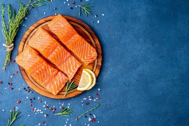 Fundo de alimentos, fatias de porções grandes filés de salmão Foto Premium