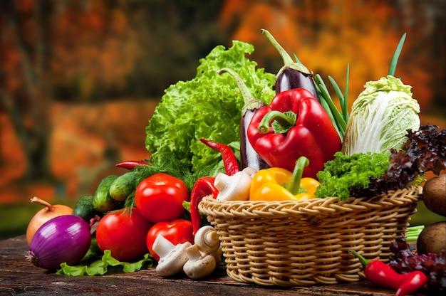 Fundo de alimentos orgânicos legumes em uma cesta Foto Premium