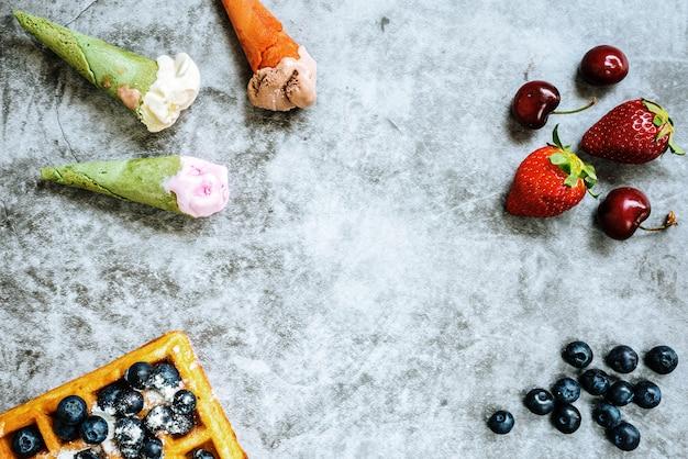 Fundo de alimentos saborosos e doces com frutas vermelhas e waffles Foto Premium