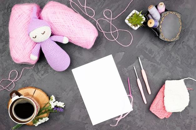 Fundo de ardósia com lã rosa Foto gratuita