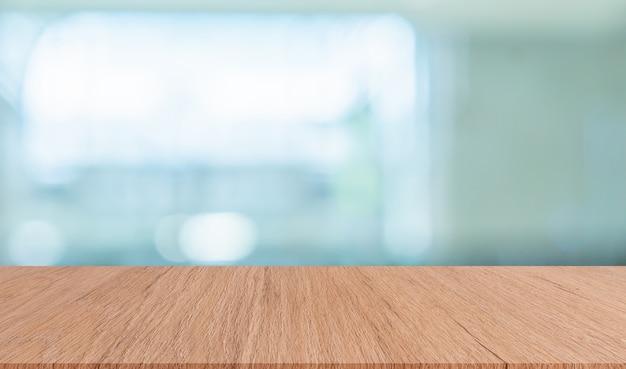 Fundo de banheiro interior moderna turva com mesa de madeira marrom para mostrar, anúncios, design Foto Premium