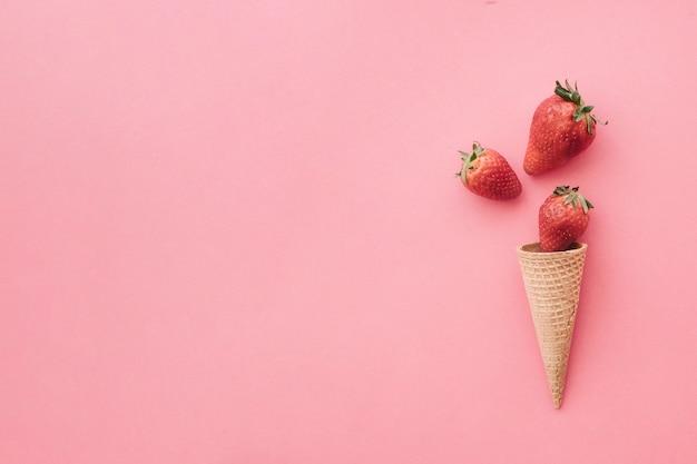 fundo de casquinha de sorvete com morangos e copyspace