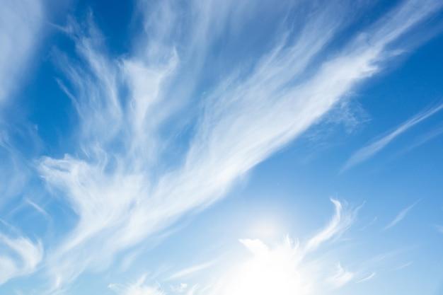 Fundo de céu azul com pequenas nuvens, nuvem no céu azul Foto Premium