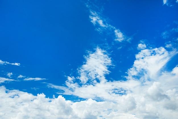 Fundo de céu azul com pequenas nuvens Foto Premium