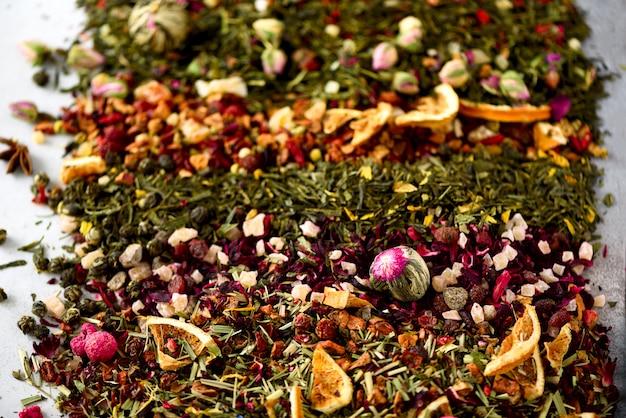 Fundo de chá: verde, preto, floral, ervas, hortelã, melissa, gengibre, maçã, rosa, tília, frutas, laranja, hibisco, framboesa, centáurea, oxicoco. Foto Premium