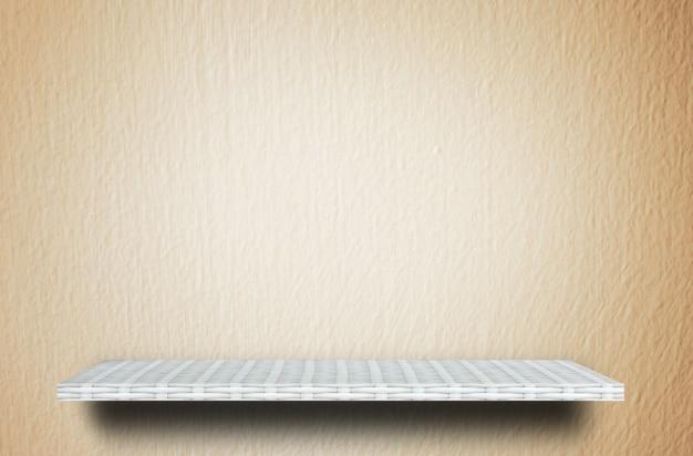 Fundo de cimento creme de prateleira de madeira tecelão Foto Premium