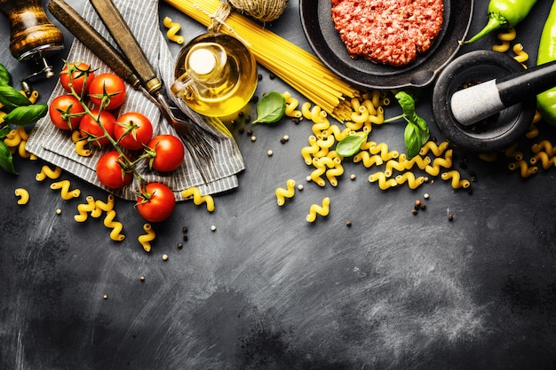 Fundo de comida italiana com ingredientes Foto Premium