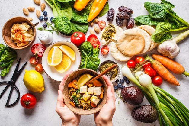 Fundo de comida vegetariana saudável. legumes, pesto e lentilha curry com tofu. Foto Premium