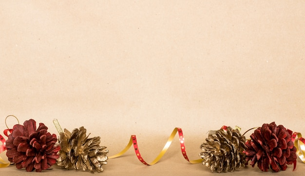Fundo de composição de natal, presente de natal, pinhas, vista superior, leigo plano, cópia espaço Foto Premium