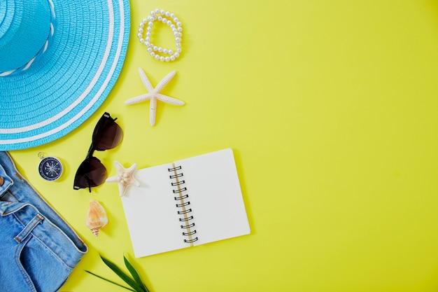 Fundo de conceito de viagens de verão amarelo leigo plano Foto Premium