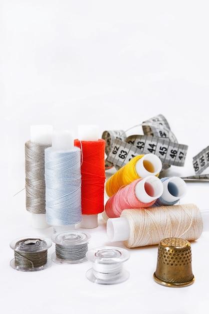 Fundo de cor pastel, costureira e designer de mesa, acessórios de artesanato, threads rolo, tesoura Foto Premium