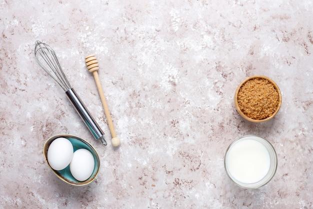 Fundo de cozimento de cupcake com utensílios de cozinha. Foto gratuita