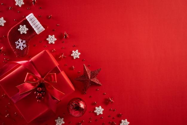 Fundo de decoração de natal em fundo vermelho Foto Premium